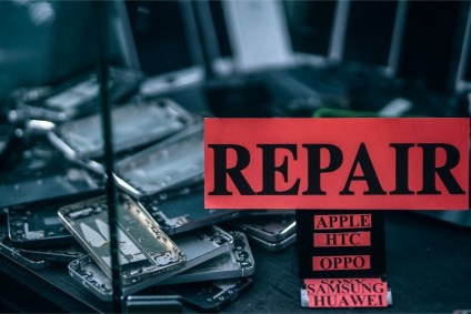 """""""Repair""""-Sign-in-front-of-Disassembled-Smartphones"""