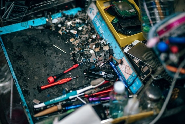 Smartphone-Repair-Kit-on-a-Desk