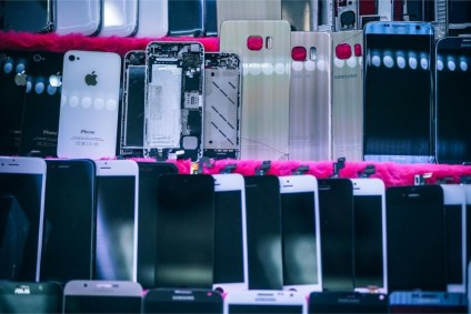 Smartphone-Replacement-Parts-Displayed-for-Sale