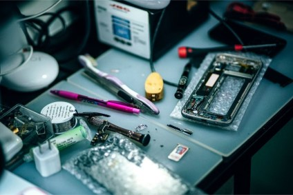 Tools-Used-for-Mobile-Repair-on-a-Desk