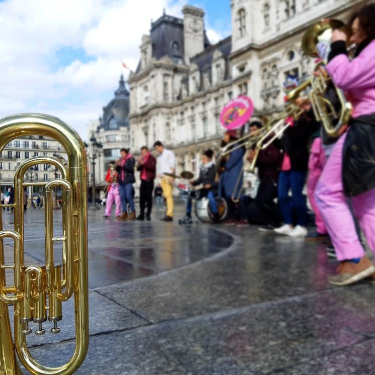 Un tuba seul à Paris