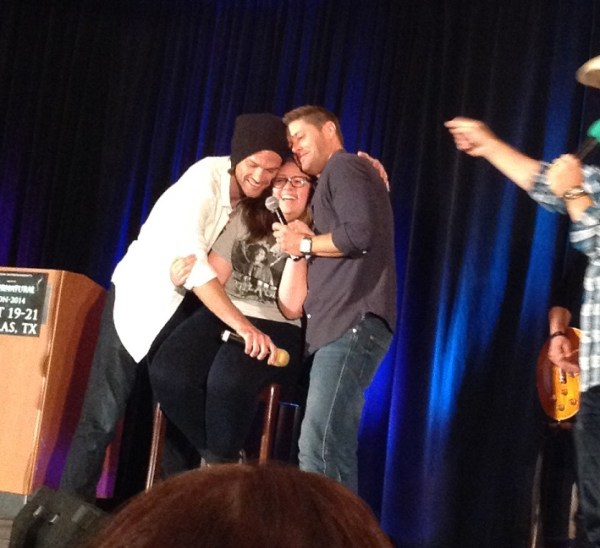 Jared and Jensen show their affection for a fan at DallasCon