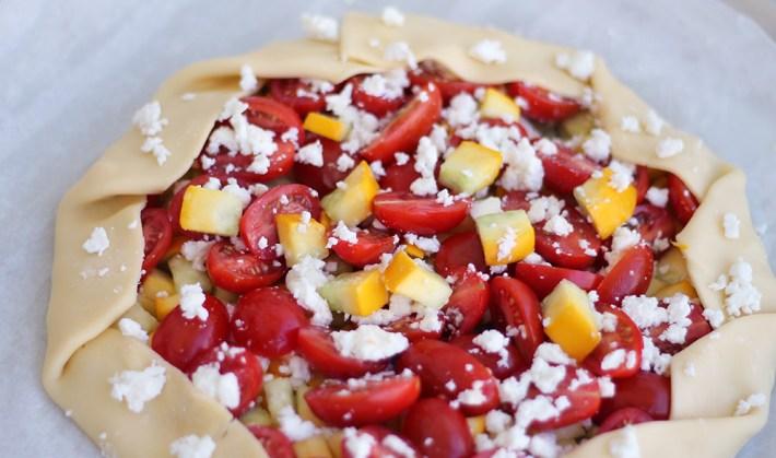 Tarte soleil courgette jaune, tomates cerises, feta et pesto avant cuisson par fannyalbx.com