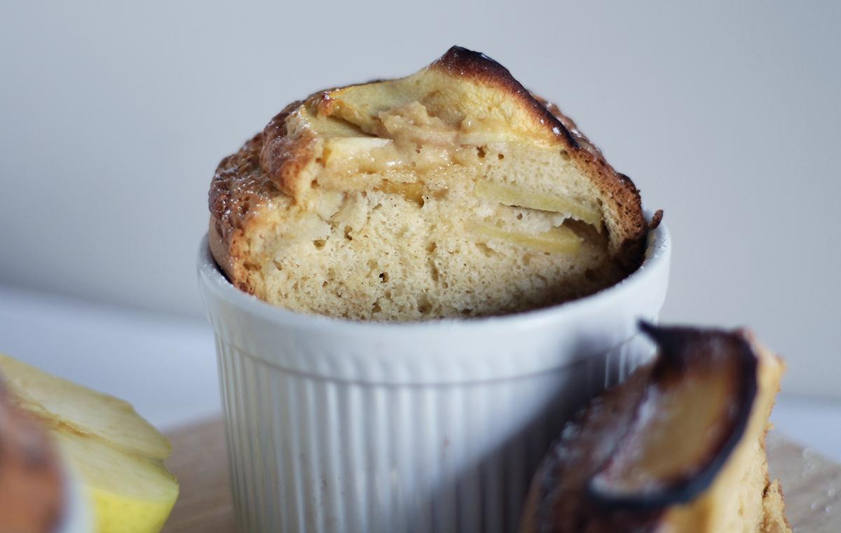 Texture du gâteau soufflé et moelleux aux pommes