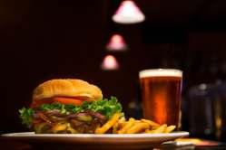 broodje hamburger met friet en glas bier