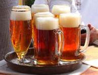 verschillende soorten bier op dienblad