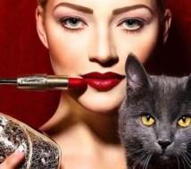 Vrouw, lipstick, zwarte kat