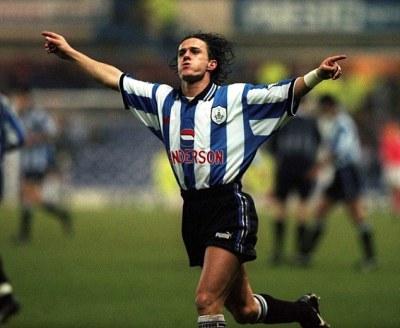 Benny Carbone esulta dopo un gol realizzato con la maglia dello Sheffield Wednesday