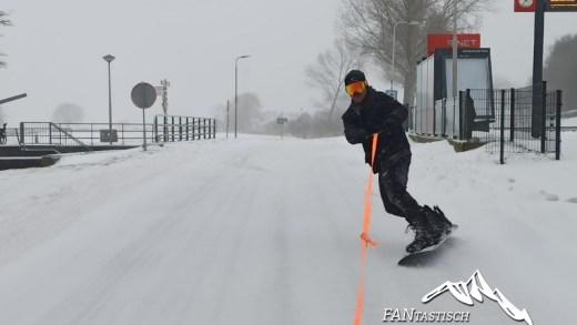 Winterweer NL Snowboarden op straat