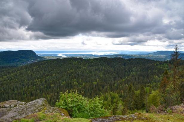 Mørke skyer henger over Eineåsen sett fra Haugåsen - Oslomarka - Krokskogen - Bærum - Fantastiske marka