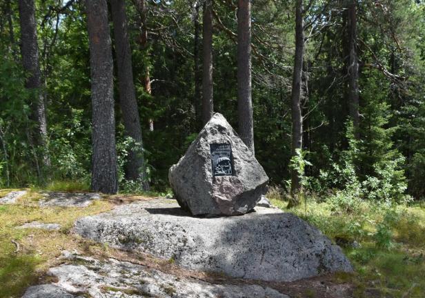 Minnesteinen over milorg og gutta på skauen ved Kobberhaughytta i Nordmarka - Oslomarka - Fantastiske marka