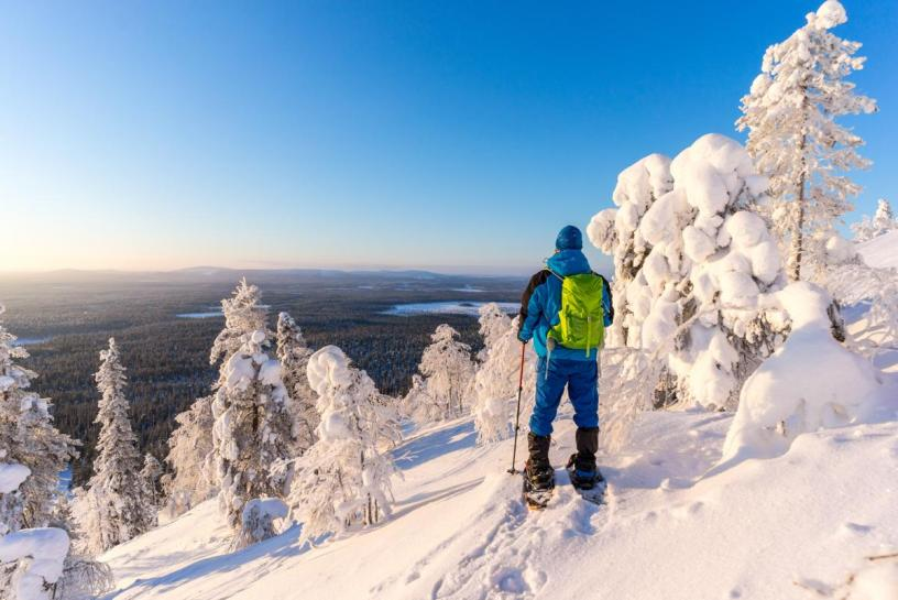 mann på truger ser utover et flott vinterlandskap - Truger - Trugeturer - Vinter - Oslomarka - Fantastiske marka