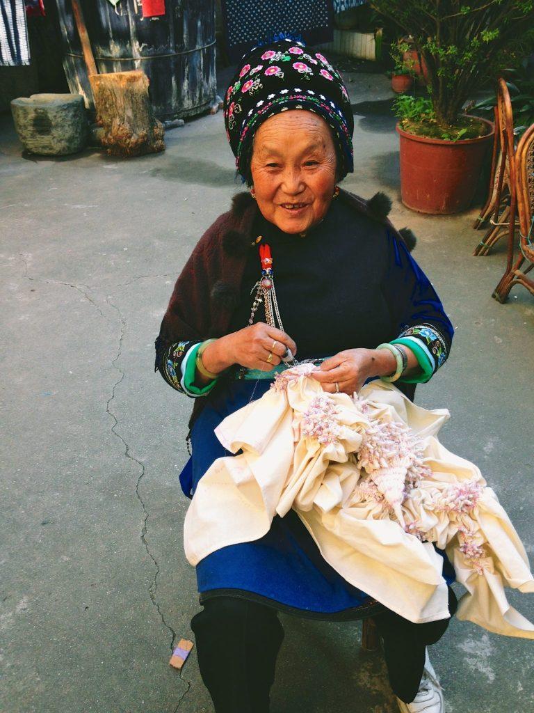 Making tie-dye knots