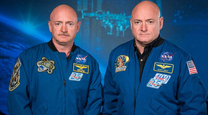 Mark_and_Scott_Kelly_at_the_Johnson_Space_Center