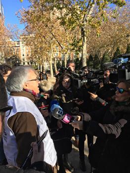 El presidente de la FAPE, Nemesio Rodríguez, responde a las preguntas de los periodistas que cubren la concentración en defensa del secreto profesional de diciembre de 2018