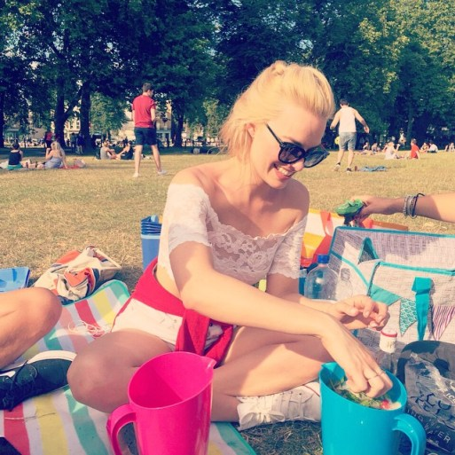 Margot robbie in the park
