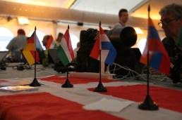A munkaasztalom a Sajtóközpontban (igen, a magyar zászlónál, a magyar és a német zászló között)