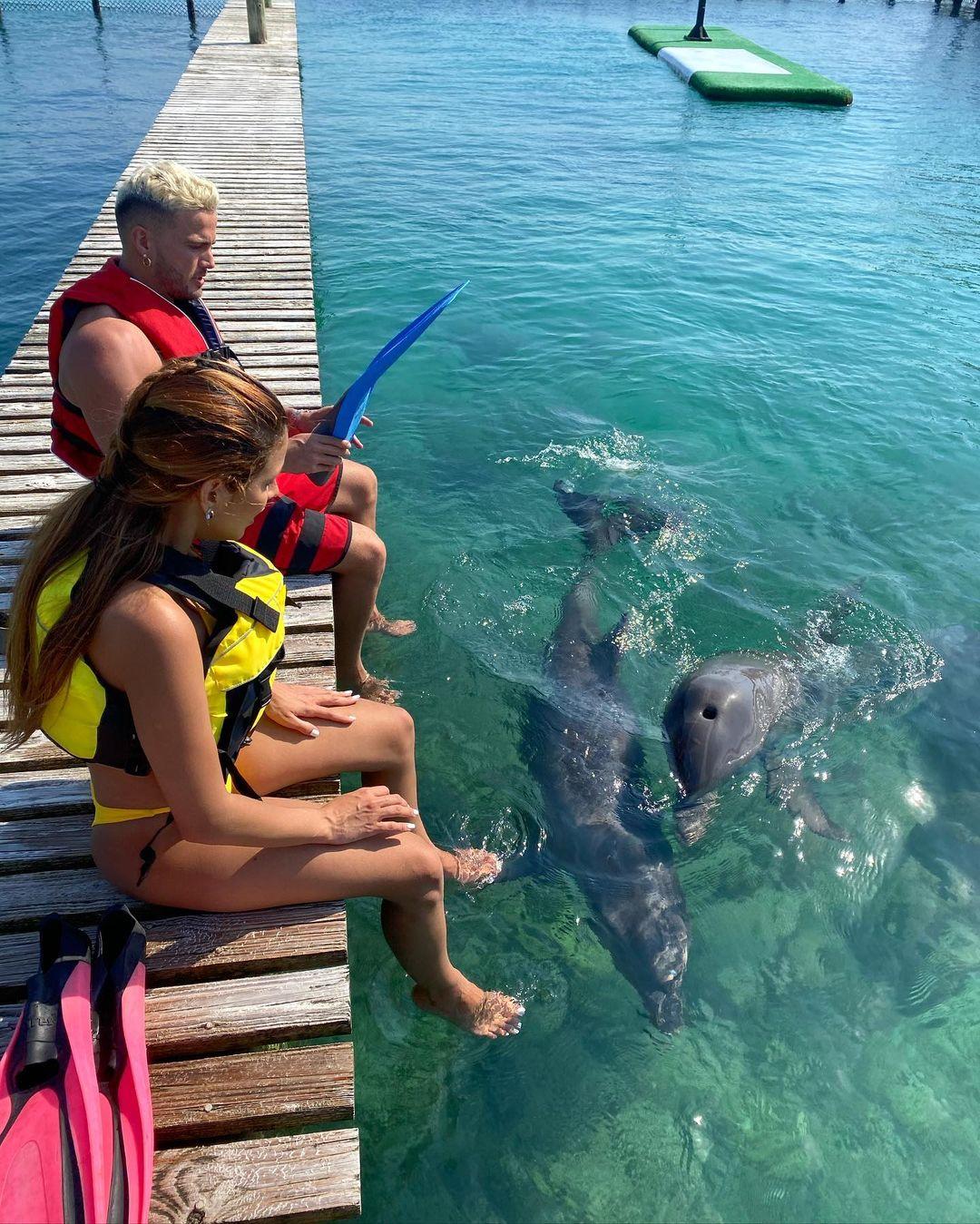 Karlis Romero y Gustavo Elis con delfines