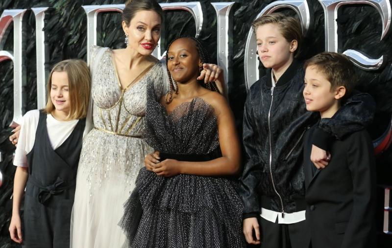 Angelina Jolie junto a cuatro de sus hijos