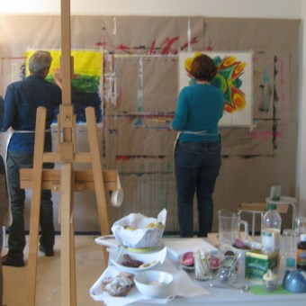 eifriges Malen in der Praxis Atelier farbenfroh
