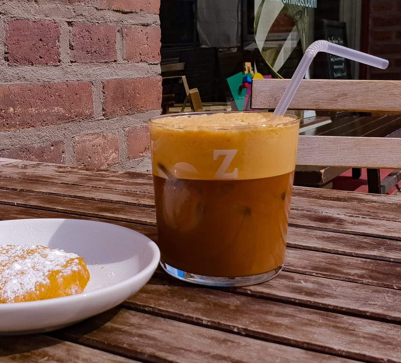 Frappé / grekisk iskaffe med kourabiedes / grekiska mandelkakor