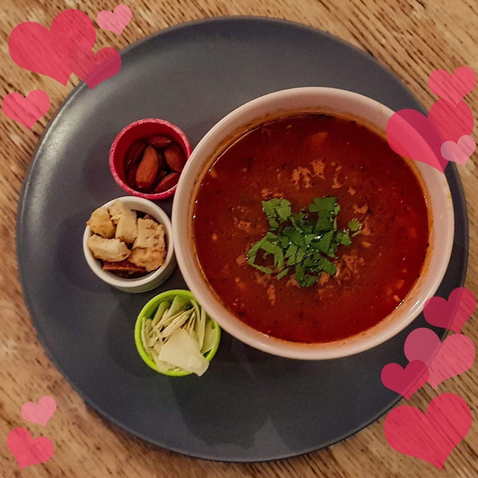 Tomatsoppa utan grädde med vita bönor, rostade mandlar, parmesan och krutonger på restaurangen Farbror Nikos i Slussen på Södermalm