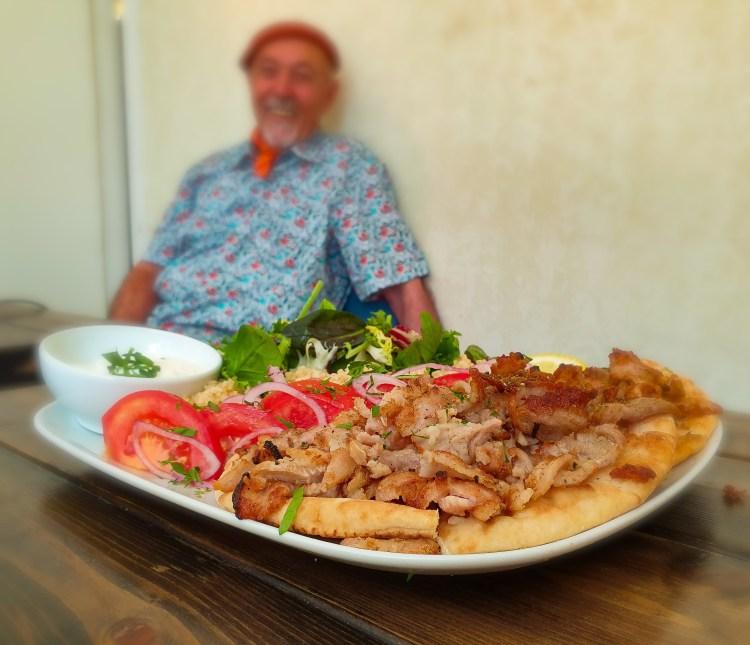 Farbror Nikos smaskiga gyrostallrik med gyros på fläskkött (grekisk kebab), bulghur, äkta grekisk tzatziki, pitabröd istället för pommes, rödlök, tomat, sallad och citronskiva