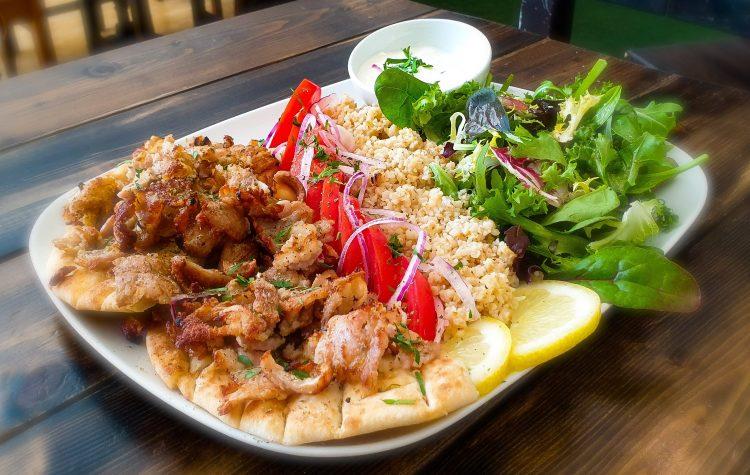 Grekisk kebabtallrik med gyros på fläskkött, pitabröd, bulghur, äkta tzatziki och sallad på grekiska lunch restaurangen Farbror Nikos på Södermalm