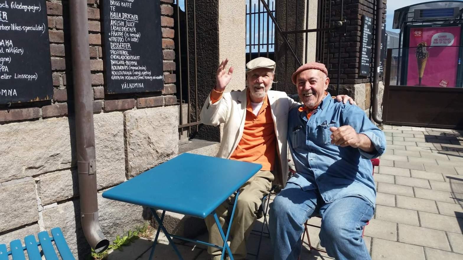 Olle Bonniér och Nikos på caféets uteservering på Katarinavägen på Södermalm