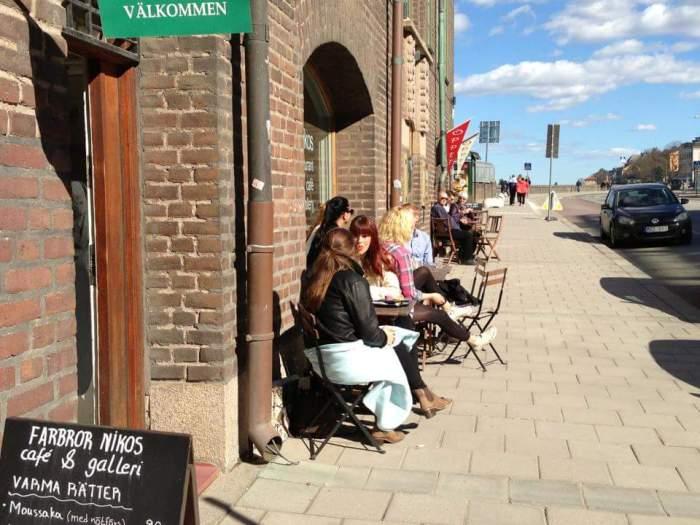 Uteservering på grekisk lunchrestaurang Farbror Nikos café & galleri på Södermalm i Stockholm