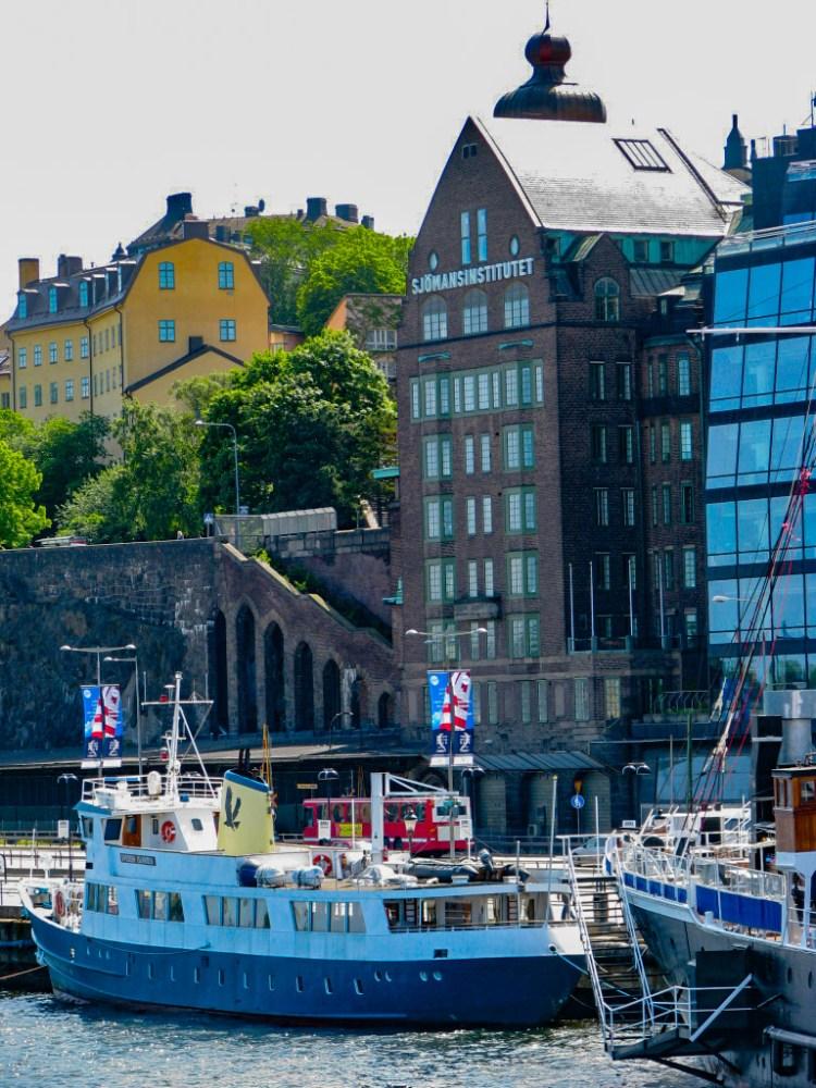 Dihlströmska huset, Lokattens igenbomade trappor, tidigare Sjömansinstitutet (som nu inhyser Farbror Nikos) och båtar vid Stadsgården