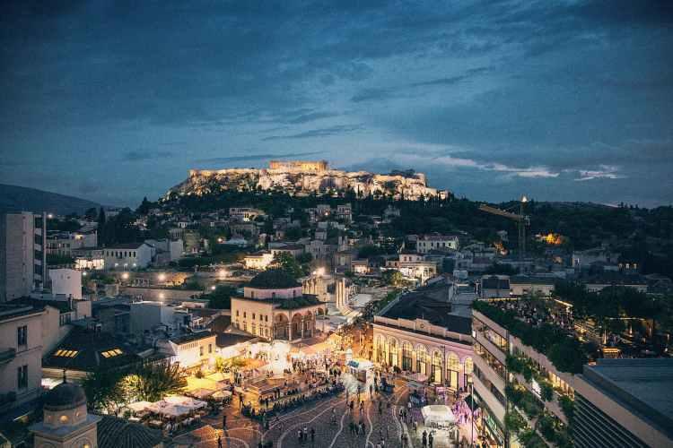 Plaka, Monastiraki och Akropolis i Aten på natten - bästa platsen att äta grekisk sallad på