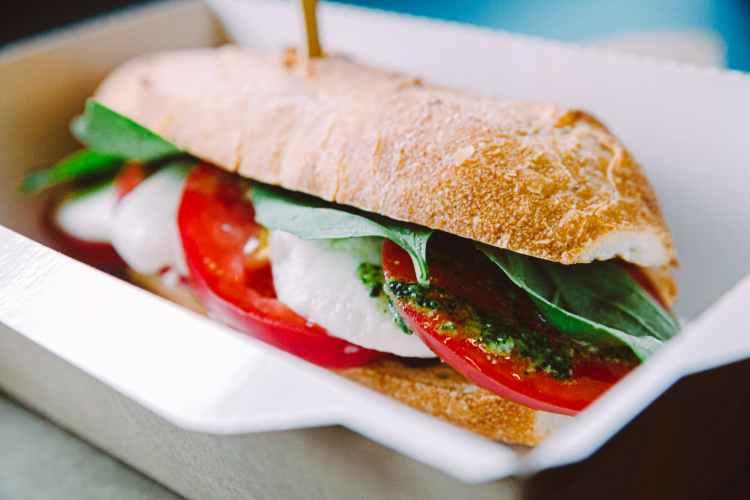 Fralla med mozzarella, tomat, basilika och pesto