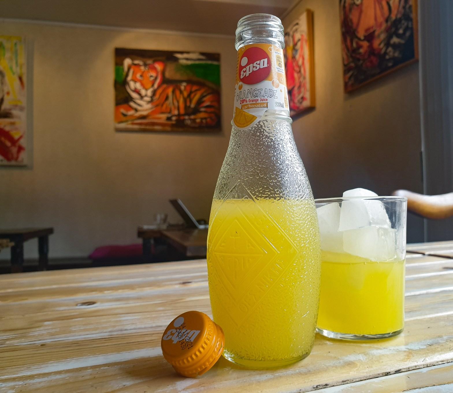Grekisk läsk Epsa - kolsyrad med 20 % apelsin