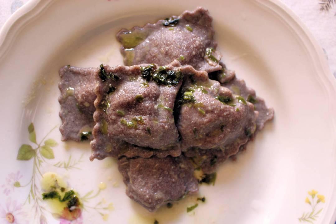 Ravioli con farina di miglio bruno e carciofi