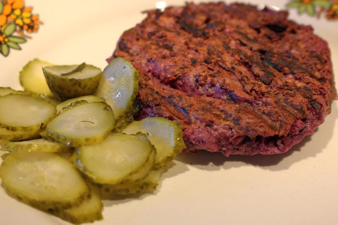 Veg Burger con cavolo rosso e grano saraceno