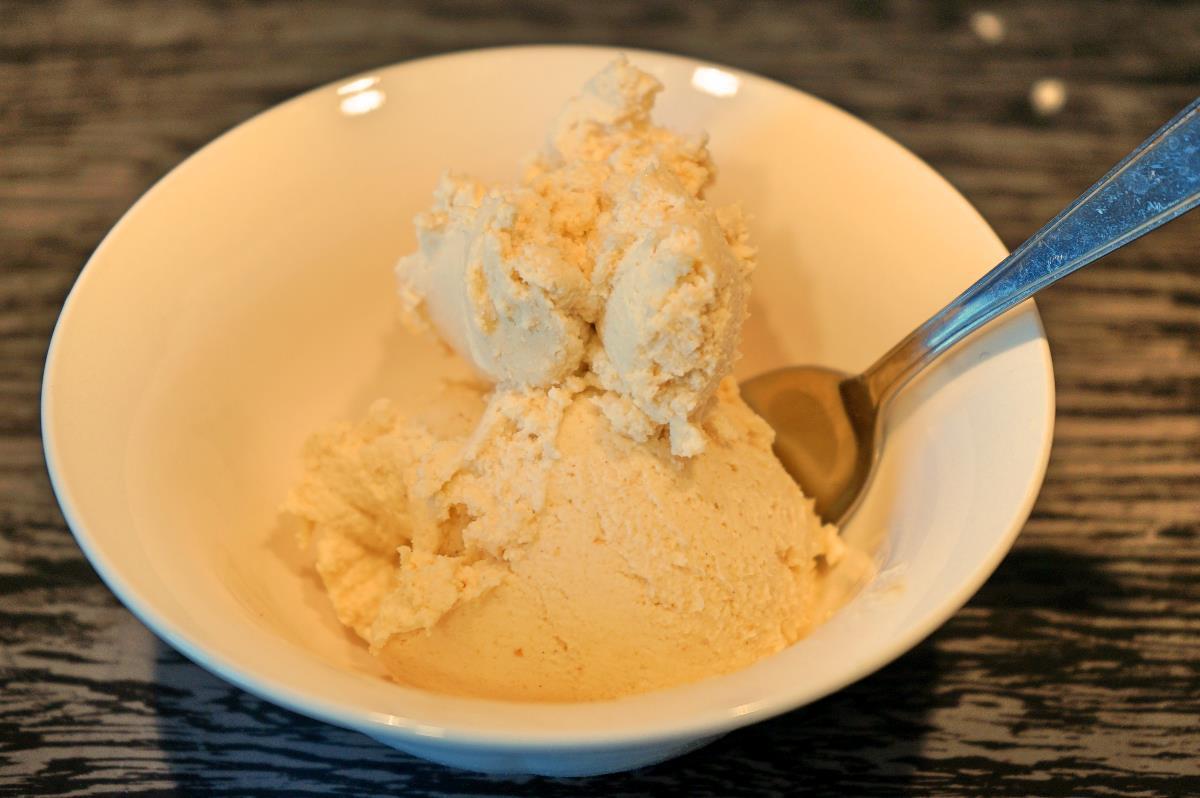 Gelato alla nocciola fatto in casa con latte condensato senza gelatiera