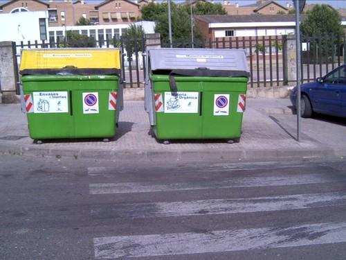 ¿Quien es tan inteligente para colocar unos contenedores en un paso de cebra al lado de un colegio además?