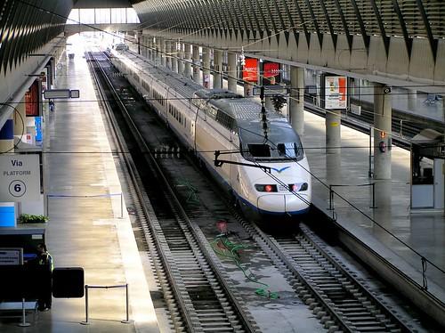 Un treno AVE in stazione a Siviglia