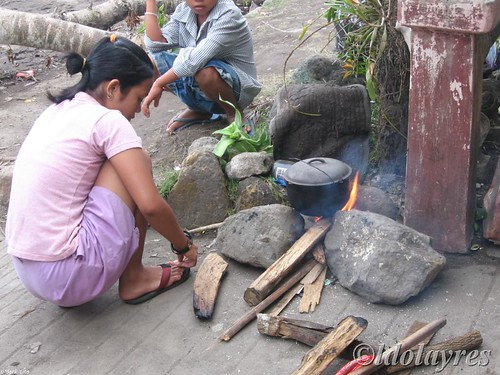 Girl cooking rice in a makeshift stove firewood rural sidewalk rural scene stove Pinoy Filipino Pilipino Buhay  people pictures photos life Philippinen  菲律宾  菲律賓  필리핀(공화�) Philippines