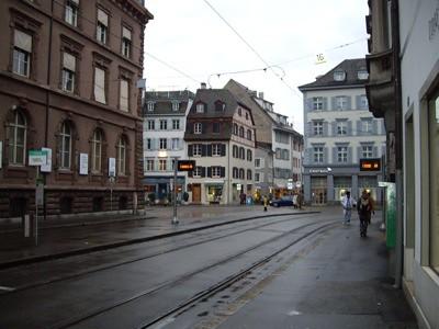 Otra calle de Basel con las vías del tranvía