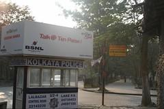 Anuncio de telefonía en la caseta de la policía de Calcuta