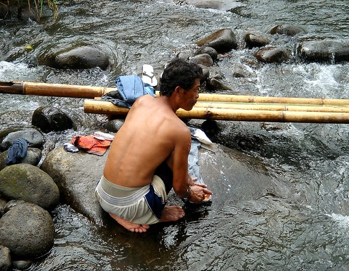 Manupali River, Bukidnon, man laundry washing clothes Pinoy Filipino Pilipino Buhay  people pictures photos life Philippinen  菲律宾  菲律賓  필리핀(공화�) Philippines