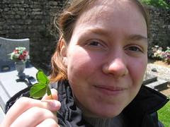 Photo d'Audrey tenant un trèfle à quatre feuille