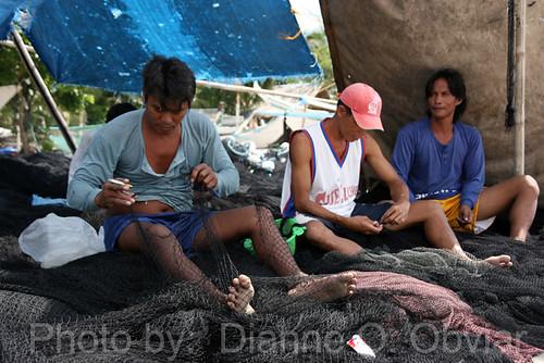 Sigayan Bay, San Juan, Batangas fishermen mending nets Buhay Pinoy Philippines Filipino Pilipino  people pictures photos life Philippinen  菲律宾  菲律賓  필리핀(공화�)