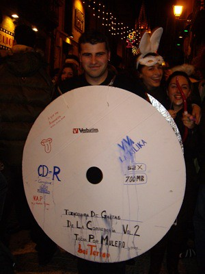 Tío disfrazado de CD-R