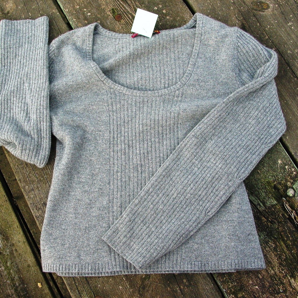 Grey ribbed scoopneck cashmere sweater