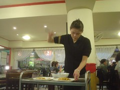 [吃] 宋廚菜館_17.應該是老闆的女兒很努力的在拔絲