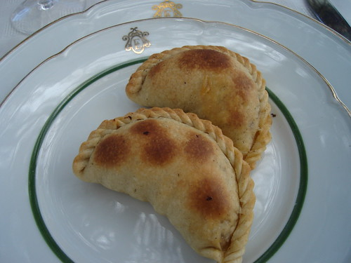 Empanadas en platos con el logo de Etchart