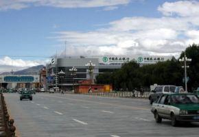 포탈라 맞은편을 가로지르는 대로와 광장의 오성홍기